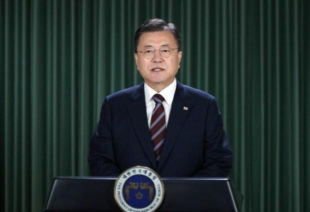 문재인 대통령이 17일 화상으로 개최된 제109차 국제노동기구(ILO) 총회에서 기조연설을 하고 있다. /사진=연합뉴스