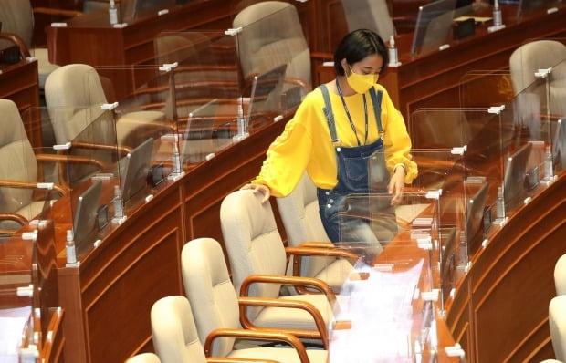 정의당 류호정 의원이 23일 서울 여의도 국회에서 열린 본회의에 참석하고 있다. 류 의원은 이날 노란색 티셔츠에 멜빵바지 착용으로 눈길을 끌었다. /사진=연합뉴스