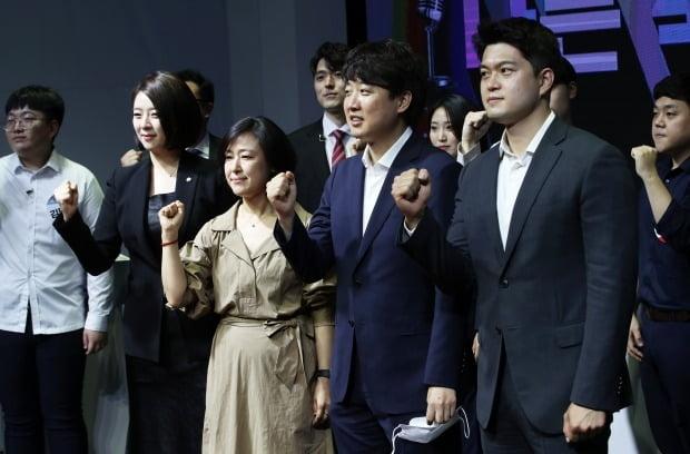 대변인 선발 토론배틀 참가자들과 기념촬영하는 이준석 (사진=연합뉴스)
