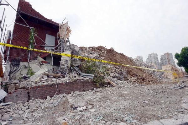 10일 오전 광주 동구 학동 재개발지역 건물붕괴 사고 수색작업이 중단됐다. 사진=뉴스1