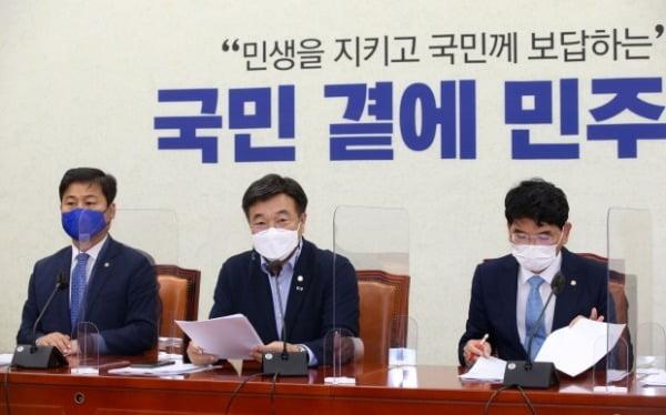 윤호중 더불어민주당 원내대표가 15일 오전 서울 여의도 국회에서 열린 원내대책회의에서 모두발언을 하고 있다. / 사진=뉴스1