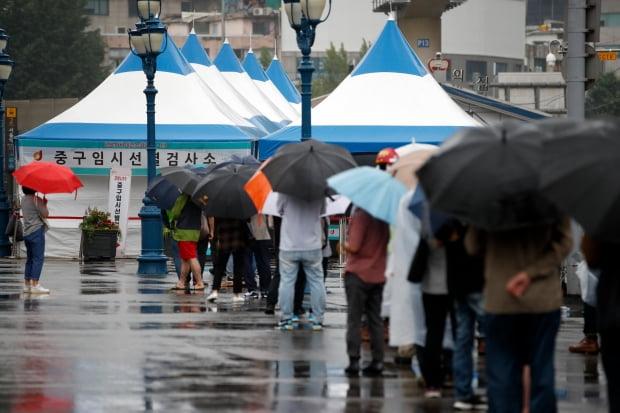 지난 18일 오전 서울 중구 서울역광장에 마련된 신종 코로나바이러스 감염증(코로나19) 임시 선별검사소를 찾은 시민들이 검사를 위해 대기하고 있다./ 사진=뉴스1