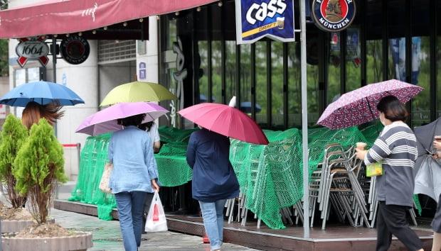 다음 달 초부터 시행될 '사회적 거리두기' 개편안의 최종 발표를 앞둔 지난 18일 오후 서울 종각역 인근에서 시민들이 점심식사를 위해 이동하고 있다./ 사진=뉴스1