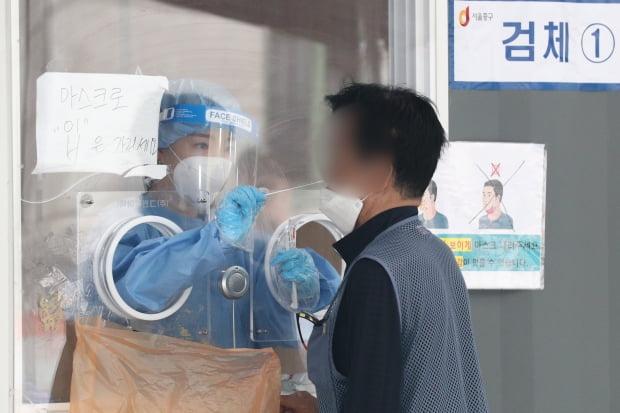 신종 코로나바이러스 감염증(코로나19) 신규 확진자가 395명 발생한 22일 오전 서울 중구 서울역광장에 마련된 임시선별진료소를 찾은 시민들이 검체검사를 받고 있다. /사진=뉴스1