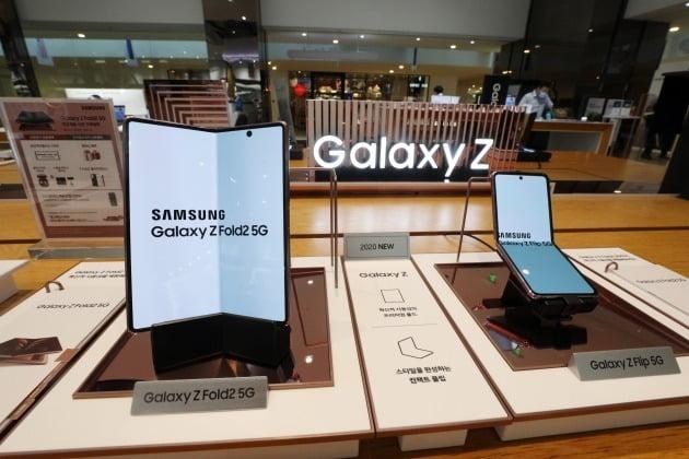 서울 서초구 삼성전자 딜라이트 매장에 폴더블 폰 갤럭시Z폴드2와 갤럭시Z플립 5세대(5G)가 진열된 모습 [사진=뉴스1]