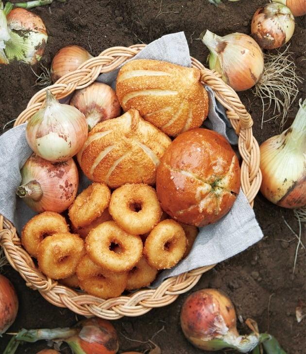 베이커리 브랜드 파리바게뜨는 무안 햇양파를 활용한 '양파빵 4종'이 출시 2주만에 누적 판매 100만개를 돌파했다고 2일 밝혔다. 사진=SPC그룹