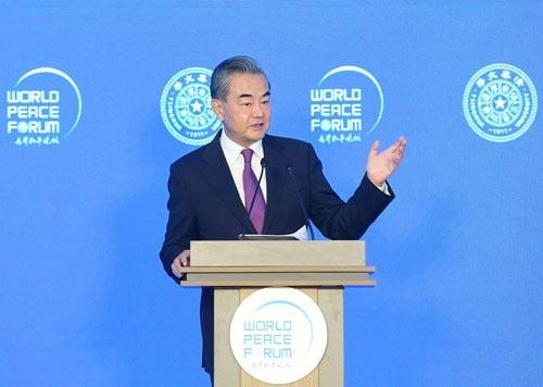 왕이 중국 외교담당 국무위원 겸 외교장관이 3일 중국 베이징 칭화대에서 열린 세계평화포럼에서 연설하고 있다./ 사진=중국 외교부