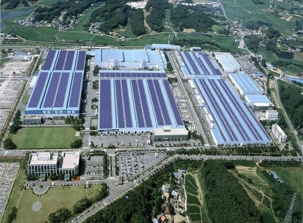 현대자동차 아산공장의 지붕형 태양광 발전설비. 현대차는 이 설비로 연간 1만3000MWh의 전기를 직접 생산하고 있다.  현대차 제공