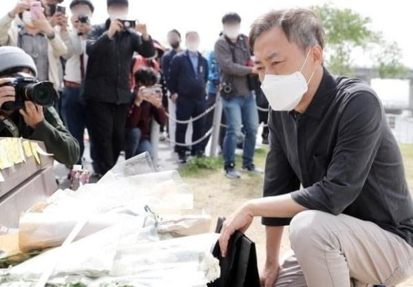 어버이날인 지난 5월 8일 한강공원에 마련된 한강 실종 의대생 추모공간을 바라보는 부친 손 현 씨/사진=뉴스1