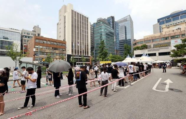 선별검사소를 찾은 시민들이 신종 코로나바이러스 감염증(코로나19) 검사를 위해 대기하고 있다. 사진 연합뉴스·한경DB