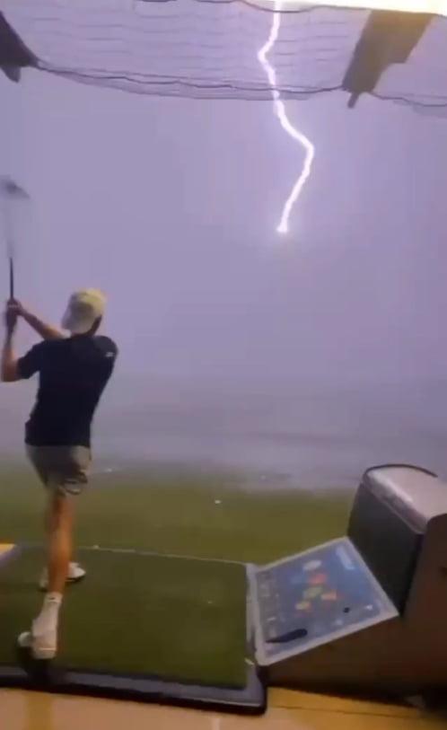 날아가는 골프공에 정확히 벼락이 치고 있다/사진=토마스 고메즈 인스타그램