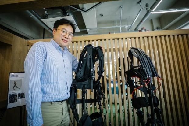 근력 지원하는 웨어러블 로봇 들고 있는 장재호 FRT 대표. /한국생산기술연구원 제공