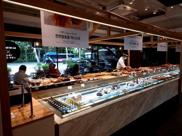 엔제리너스 석촌호수점의 내부 모습. 윤쉐프 정직한 제빵소와 협업을 통해 매장을 구성했다.