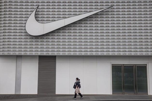 나이키 중국 베이징 매장 앞을 한 여성이 걷고 있다. /사진=연합뉴스