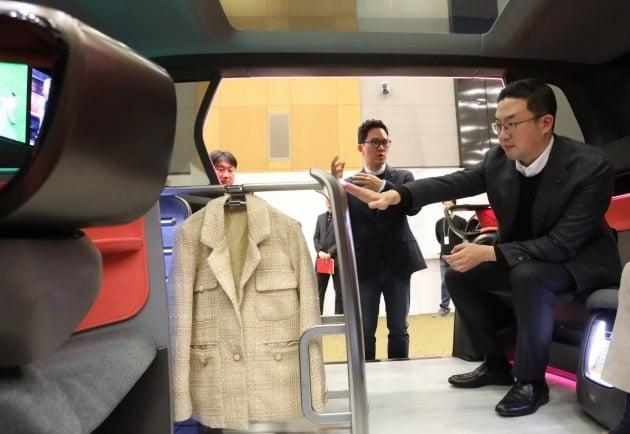 서울 서초구 LG전자 디자인경영센터를 방문해 미래형 커넥티드카 내부에 설치된 의류관리기 디자인을 살펴보는 구광모 LG그룹 회장 [사진=LG전자 제공]