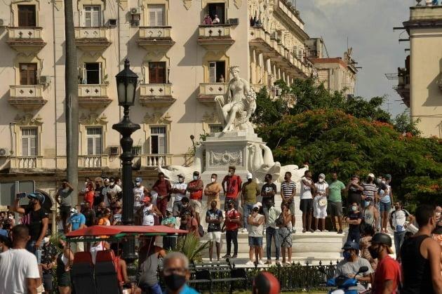 쿠바 수도 아바나에서 지난 11일(현지시간) 시민 수천 명이 '독재 타도', '자유' 등의 구호를 외치며 도심에서 시위를 벌이고 있다./ AFP연합뉴스