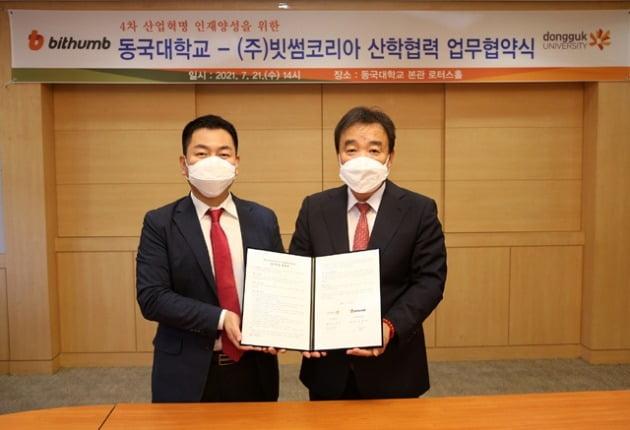 (왼쪽부터)허백영 대표와 윤성이 총장이 MOU 체결 후 기념촬영을 하고 있다. 사진=동국대