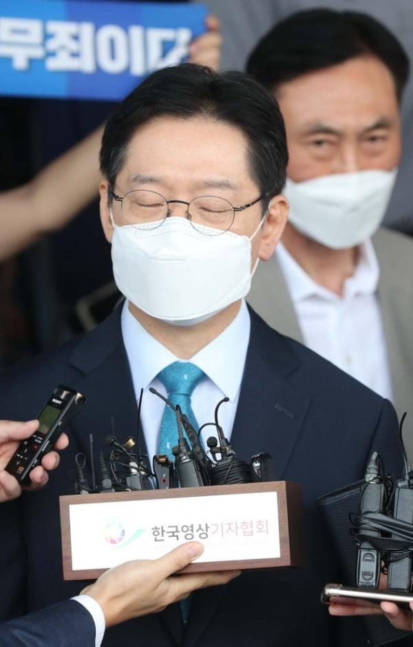 '드루킹 댓글 여론 조작' 사건에 연루돼 징역 2년이 확정된 김경수 지사가 경남도청에서 지난 21일 입장 표명 중 생각하고 있다. 연합뉴스