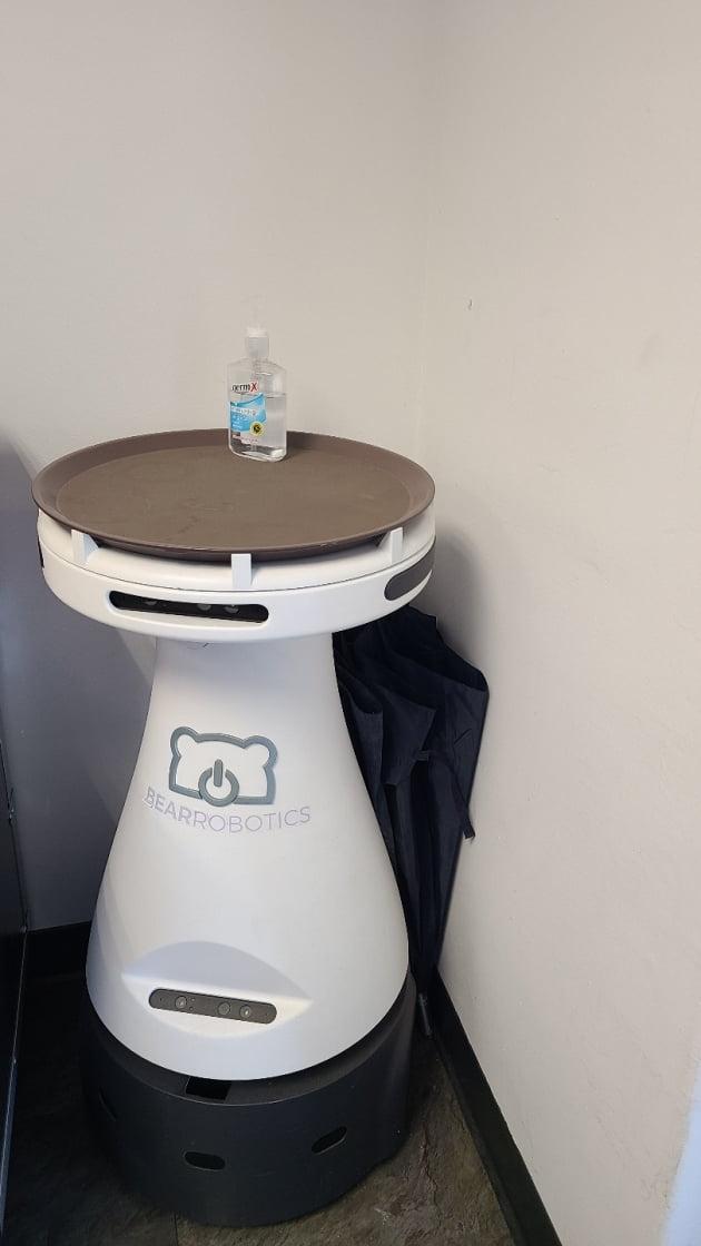 하 대표의 순두부식당에 처음 투입된 서빙용 로봇