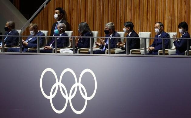 23일 일본 도쿄 국립경기장에서 열린 2020 도쿄올림픽 개막식. 나루히토 일왕(오른쪽 세번째)과 토마스 바흐 IOC 위원장(오른쪽 네번째), 스가 요시히데 총리(오른쪽 두번째) 등이 귀빈석에 앉아 있다./ 연합뉴스