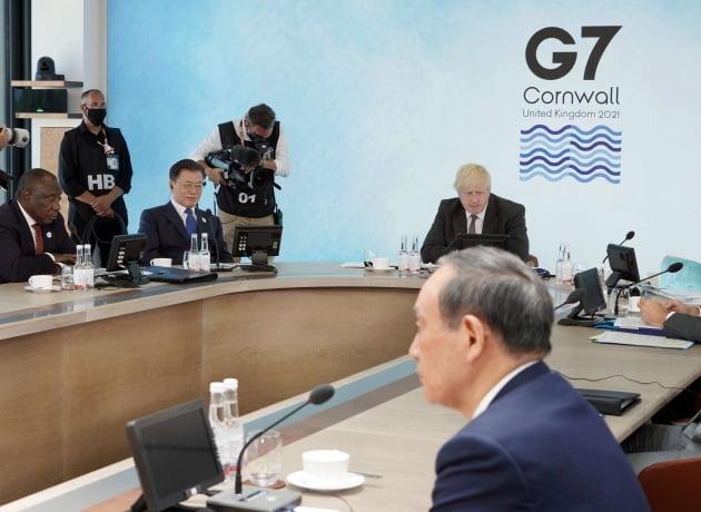 지난달 영국 콘월에서 열린 주요 7개국(G7) 정상회의에서 문재인 대통령과 스가 요시히데 일본 총리는 처음으로 대면했지만 정상회담은 불발됐다. 지난달 13일 '기후변화 및 환경' 방안을 다룰 확대회의 3세션에 각국 정사들이 참석해 있다. 왼쪽부터 시계방향으로 남아공 시릴 라마포사 대통령, 문재인 대통령, 영국 보리스 존슨 총리, 일본 스가 요시히데 총리./ 연합뉴스