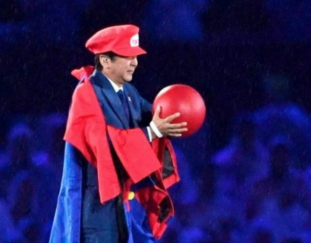 2016 리우올림픽 폐막식에 일본의 유명 게임 캐릭터인 슈퍼 마리오 복장으로 등장해 눈길을 끈 아베 신조 전 일본 총리./ AP연합뉴스