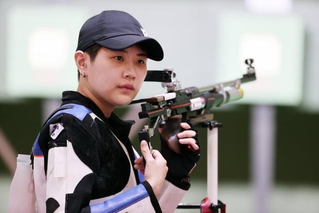 대한민국 사격 박희문이 24일 오전 일본 도쿄 아사카 사격장에서 열린 '2020 도쿄올림픽' 사격 10m 공기소총 여자본선 경기에서 사격을 하고 있다. 뉴스1