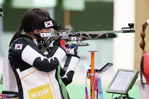 권은지가 24일 오전 일본 도쿄 아사카 사격장에서 열린 '2020 도쿄올림픽' 사격 10m 공기소총 여자본선 경기에서 사격을 하고 있다. 뉴스1