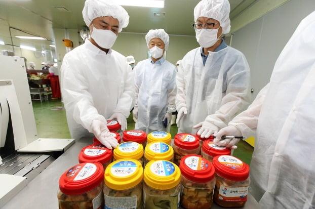 인천 남동구 특산물 소래찬 김치를 생산업체 공장에서 담궈 판매용 용기에 넣어 진열해 놓은 모습. 남동구 제공