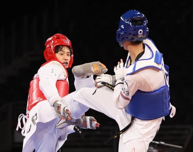 이대훈이 25일 밤 일본 지바현 마쿠하리 메세A홀에서 열린 태권도 남자 68kg급 동메달 결정전에서 중국의 자오솨이에 공격을 하고 있다. 이날 동메달 결정전에서 이대훈은 13-17로 패배했다. 뉴스1