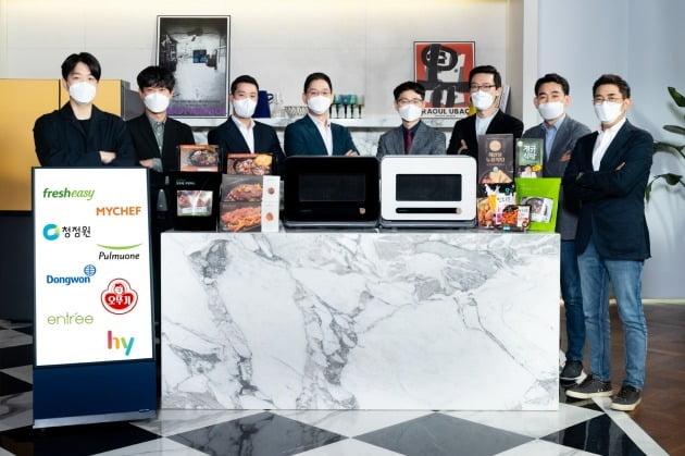 신개념 조리기기 비스포크 큐커와 오픈 협업 시스템인 '팀 비스포크'에 합류한 국내 대표 식품업체와 삼성전자 관계자. [사진=삼성전자 제공]