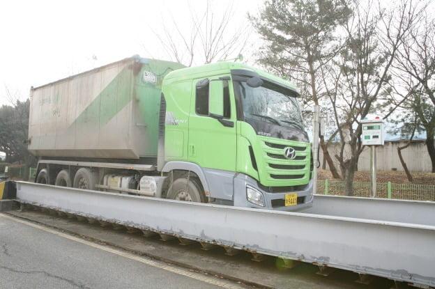 인천환경공단이 관리하는 하수찌꺼기 운반차량이 계량대를 통과하고 있다. 인천환경공단