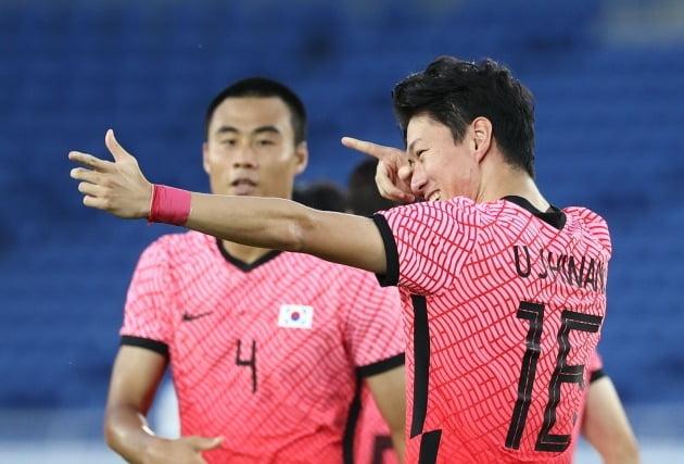황의조(오른쪽)가 28일 요코하마 국제경기장에서 열린 도쿄올림픽 남자축구 조별리그 B조 3차전 대한민국 대 온두라스의 경기에서 페널티 킥을 넣은 뒤 양궁 세리머니를 하고 있다. 한국은 이날 온두라스를 6-0으로 크게 이기고 조1위로 8강에 진출했다. 연합뉴스