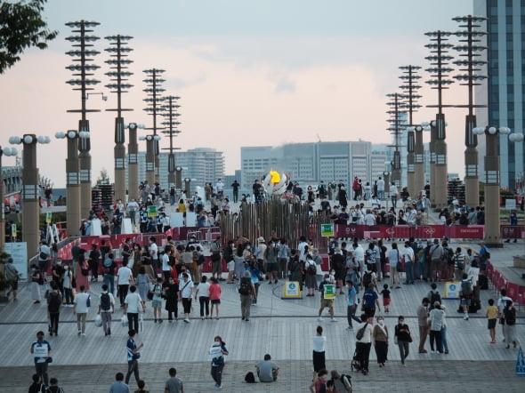 지난 28일 저녁 도쿄 오다이바와 아리아케를 잇는 보행자 전용 다리 유메노오하시(夢の大橋)에 수백명의 인파가 몰려들었다. '관람자제' 팻말을 든 자원봉사자들의 모습이 보인다. 도쿄=정영효 특파원