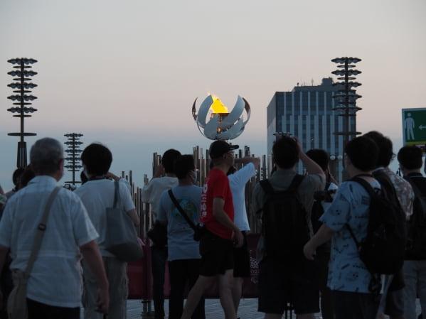 도쿄 유메노오하시의 제2성화대를 찾은 시민들이 기념사진을 찍고 있다. 도쿄=정영효 특파원