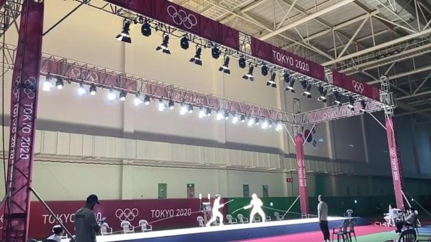 2020도쿄올림픽을 앞두고 펜싱 국가대표들이 SK텔레콤이 충북 진천선수촌에 마련한 펜싱경기장에서 훈련하고 있다. 이 경기장은 올림픽 경기장과 똑같은 환경을 재현해 실전에서 선수들이 심리적 부담을 덜 수 있도록 도왔다. SK텔레콤 제공
