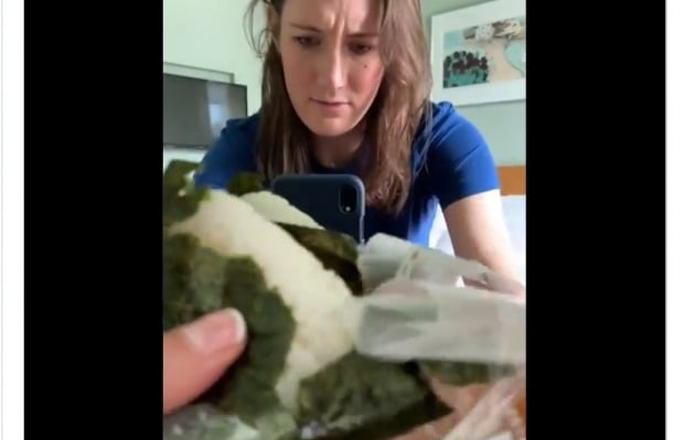 CBC 리포터 아나스타샤 벅시스가 삼각김밥 뜯는 모습을 트위터에 공개하며 도움을 요청했다. 사진=아나스타샤 벅시스 트위터