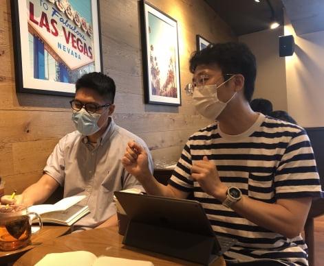 변종현 돌고래유괴단 감독(사진 왼쪽)와 서양수 KT 통합마케팅커뮤니케이션 담당 차장이 와이드립 시네마를 소개하고 있다.