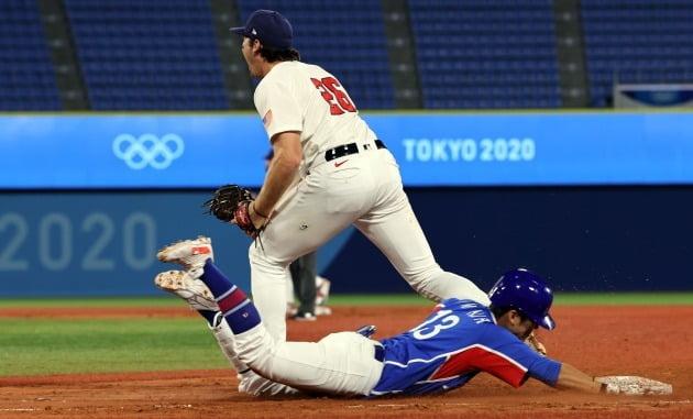 31일 일본 요코하마 스타디움에서 열린 도쿄올림픽 야구 B조 예선 한국과 미국의 경기에서  2-4로 뒤진 9회초 2사 2루, 허경민이 내야땅볼 후 1루에서 아웃되고 있다. 연합뉴스