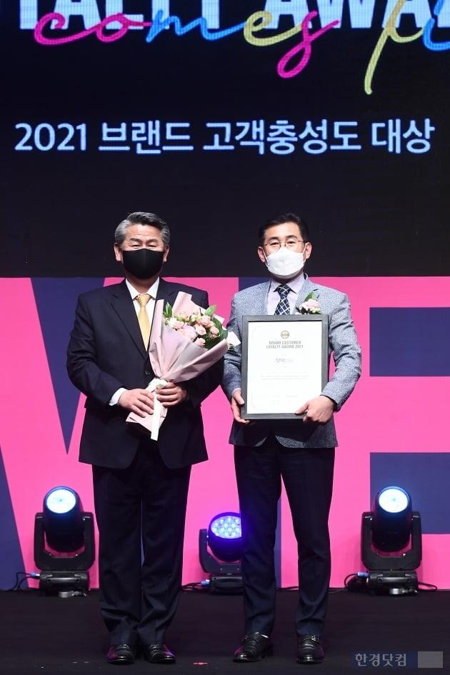 '2021 브랜드 고객충성도 대상' 시상식 막걸리 부문을 수상한 영탁막걸리(기업명 예천양조) 김재윤 상무와 전재호 한국소비자포럼 대표(왼쪽)가 포즈를 취하고 있다.