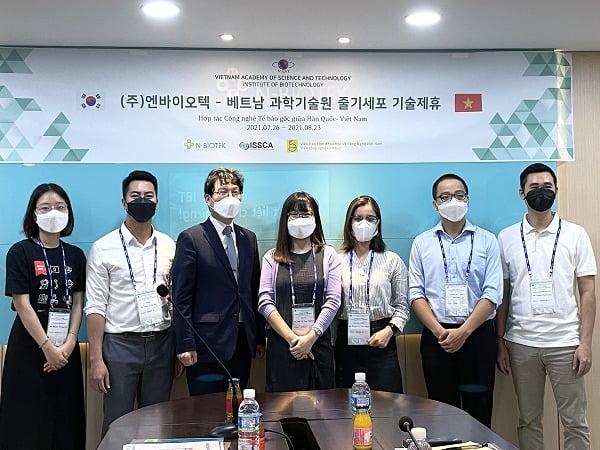 ㈜엔바이오텍 김대용 대표이사와 베트남 과학기술원 소속 연구원들이 ㈜엔바이오텍에서 줄기세포 기술제휴 기념 촬영을 하고있다.