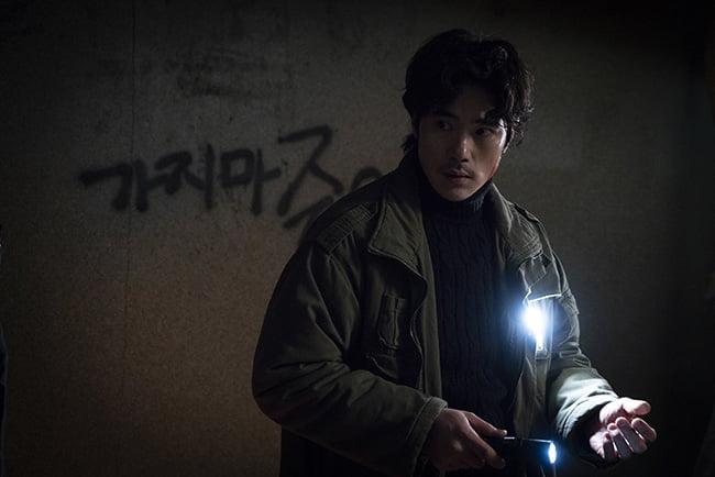 '귀문' 김강우, 연기 인생 20년 만에 공포 영화에 도전