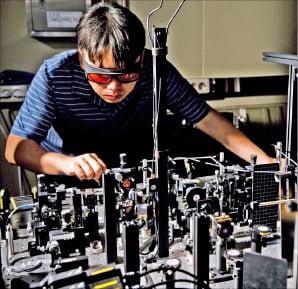 한국표준과학연구원 연구진이 양자 상태(큐비트) 평가 실험을 하고 있다.  /표준연 제공