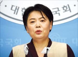 윤희숙 국민의힘 의원이 2일 국회 소통관에서 내년 대통령 선거에 출마하겠다고 밝히고 있다.  /김범준 기자