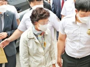 윤석열 전 검찰총장의 장모 최모씨(74)가 경기 의정부지방법원에서 열린 1심 선고 공판에 출석하고 있다.  /연합뉴스