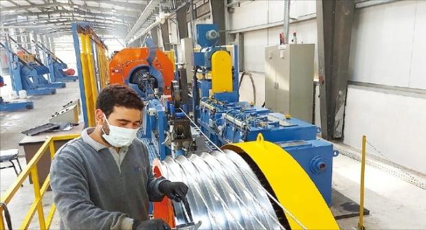 LS전선 이집트 공장(LSMC) 직원이 생산라인에서 만들어진 케이블을 테스트하고 있다. /LS 제공