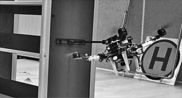 김현진 서울대 항공우주공학과 교수가 이끄는 자율로봇연구실이 개발한 '비행형 매니퓰레이터'가 비행 상태를 유지하면서 로봇팔로 장애물을 밀어내고 있다.  서울대  제공