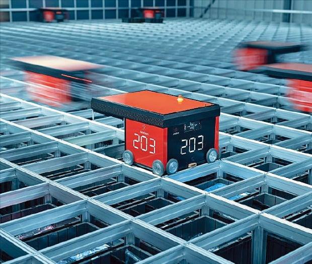 드라이브스루 MFC에서 로봇이 작동하는 모습. 이 로봇들은 MFC의 맨 윗공간에서 전후좌우로 오가며 물건을 쌓거나 빼낸다.  오토스토어  제공