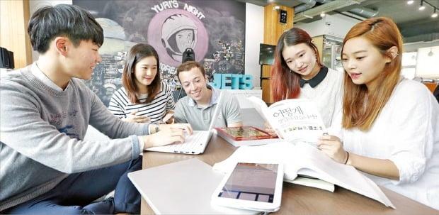 KAIST의 학생창업 오디션 프로그램 'E*5 스타트업 KAIST'에 참가한 학생들이 토론하고 있다. KAIST는 창업 및 취업지원 분야에서 73점을 받은 데 힘입어 '2021 한경 이공계 대학평가'에서 종합 1위에 올랐다.  KAIST 제공