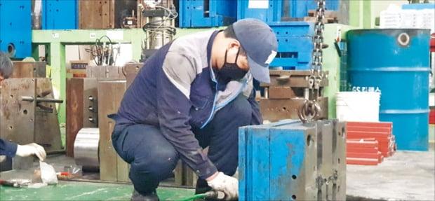 수도권 한 뿌리기업에서 직원들이 기계설비를 점검하고 있다. 1970~1980년대 회사를 설립한 중소기업 창업 1세대 3명 중 1명이 60~70대 연령층으로 현재 승계의 갈림길에 놓여 있다.  민경진  기자